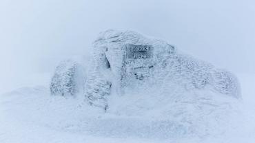 Gipfelstein auf Brocken im Winter