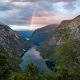 Regenbogen über dem Naerofjord in Norwegen