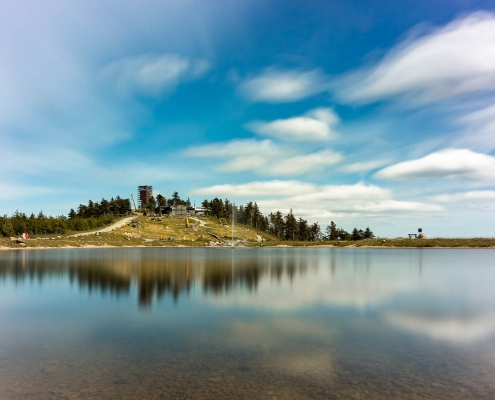 Wurmberg im Harz mit Speichersee im Sommer